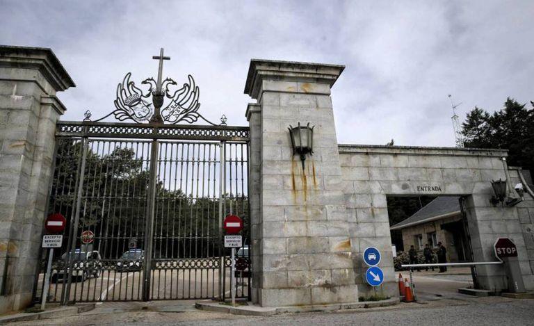 Portalón principal de entrada al recinto monumental del Valle de los Caídos.