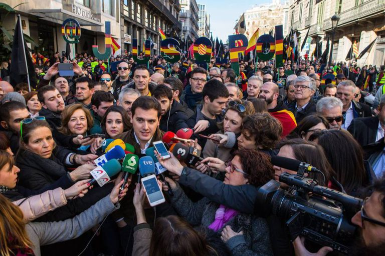 Ciudadanos leader Albert Rivera at a rally demanding equal pay for all law enforcement agencies.