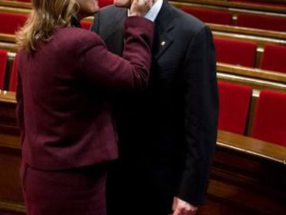 Artur Mas is congratulated by his wife after being approved as regional premier.