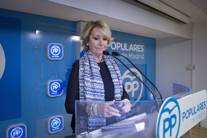 Esperanza Aguirre announcing her resignation as head of the Madrid branch of the PP on Sunday.