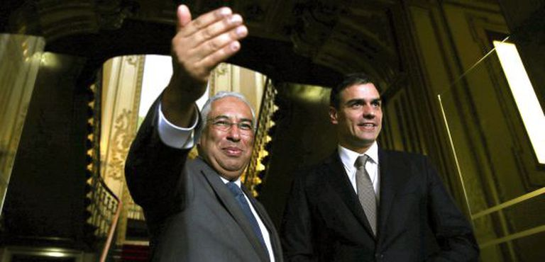 António Costa (l) and Pedro Sánchez in Lisbon on Thursday.