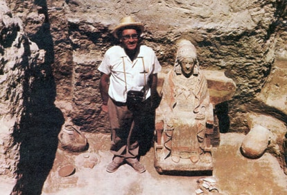The archeologist Francisco Presedo poses with the finding in July 1971.