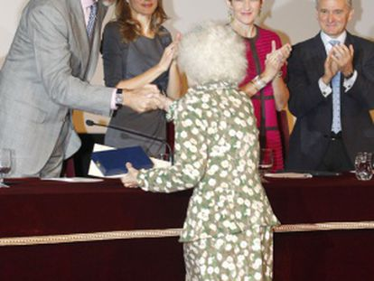The Duchess of Alba curtsies before the king and queen of Spain.