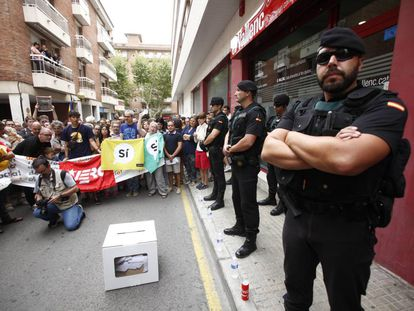 Police officers and protesters at 'El Vallenc' on Saturday.