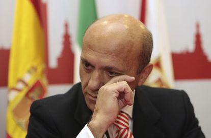 José María del Nido wipes away a tear as he announces his resignation from his post as president of Sevilla FC.