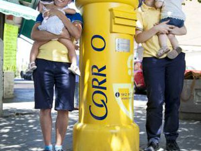 Violeta (r) and Sara have filed complaints about their working conditions at Correos when they were pregnant.