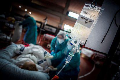 A Covid-19 patient is treated in Aranda de Duero, Burgos.