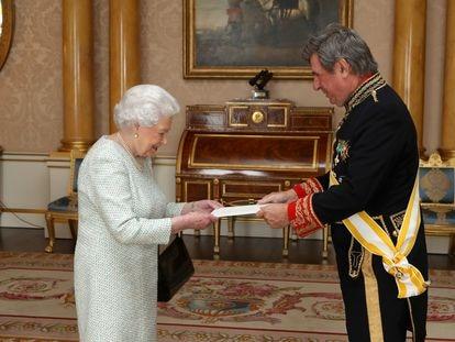 Former Spanish ambassador to the UK Carlos Bastarreche hands his credentials to Queen Elizabeth II in 2017.