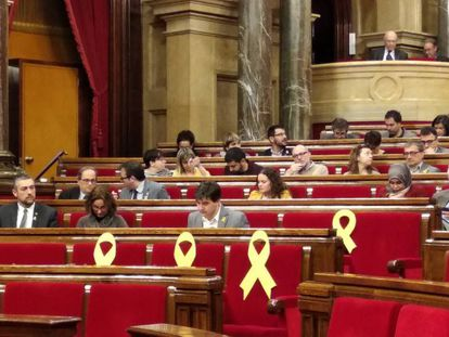 Yellow ribbons for the former Catalan ministers who are in pre-trial custody.
