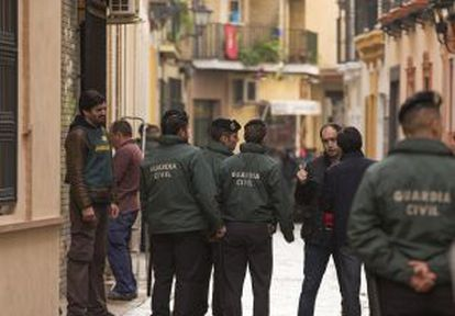 The Civil Guard searches the Andalusia headquarters of the UGT labor union.