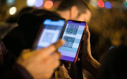Protestors share QR codes to activate the Tsunami Democràtic application.