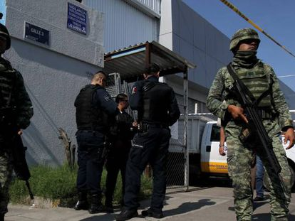 Mexican solldiers and federal police officers in Jalisco.