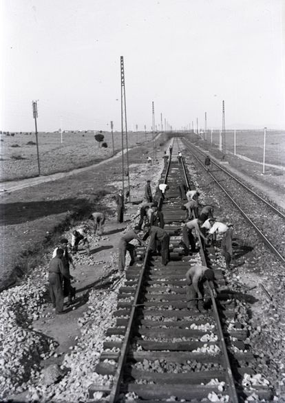 A group of workers on the Madrid-Irun line in 1944.