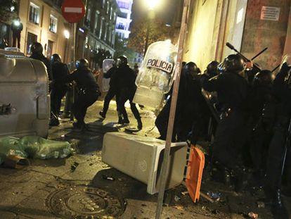 Police clash with protestors in Madrid on Saturday night (Spanish language).