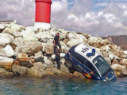 The police car, which plunged into the sea at the Barcelona port.
