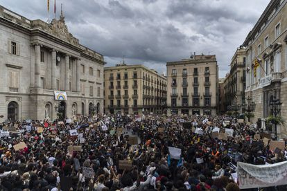 Protestors on Sunday in Barcelona's Sant Jaume square.