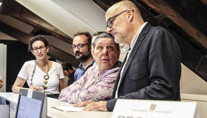 The deputies for Junts pel Sí, Marta Rovira and Lluís Corominas, (first and fourth from the left) and from CUP, Benet Salellas and Gabriela Serra at Catalan Parliament.