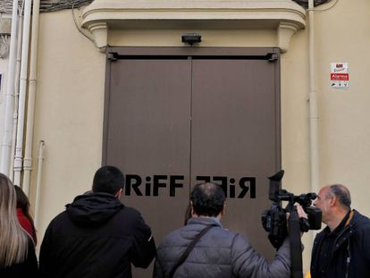 Reporters outside the RiFF restaurant in Valencia.