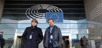 Carles Puigdemont and Toni Comín after collecting their credentials as MEPs.