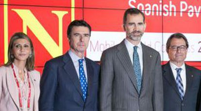 King Felipe VI (c) with Industry Minister José Manuel Soria (l) and Catalan premier Artur Mas (r) at the inauguration of the WMC.