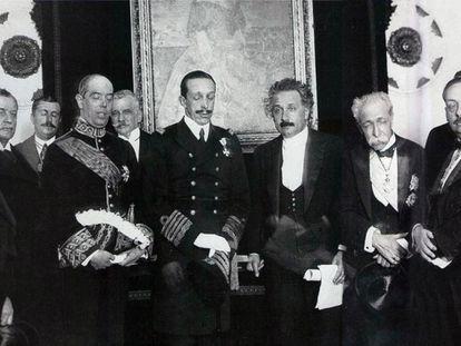 King Alfonso XIII (center, with eyes shut) standing next to Albert Einstein.