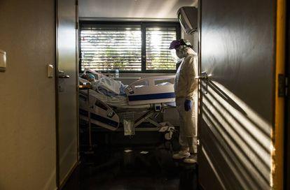 A coronavirus patient in La Paz hospital in Madrid.