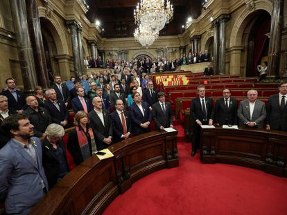 Catalan government and pro independence deputies sing the Catalan anthem after the Catalan regional Parliament declared independence from Spain in Barcelona, October 27, 2017. REUTERS/Albert Gea