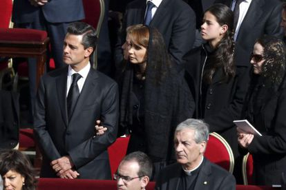 The president of Mexico, Enrique Peña Nieto, with his wife Angélica Rivera,during Tuesday's Mass.