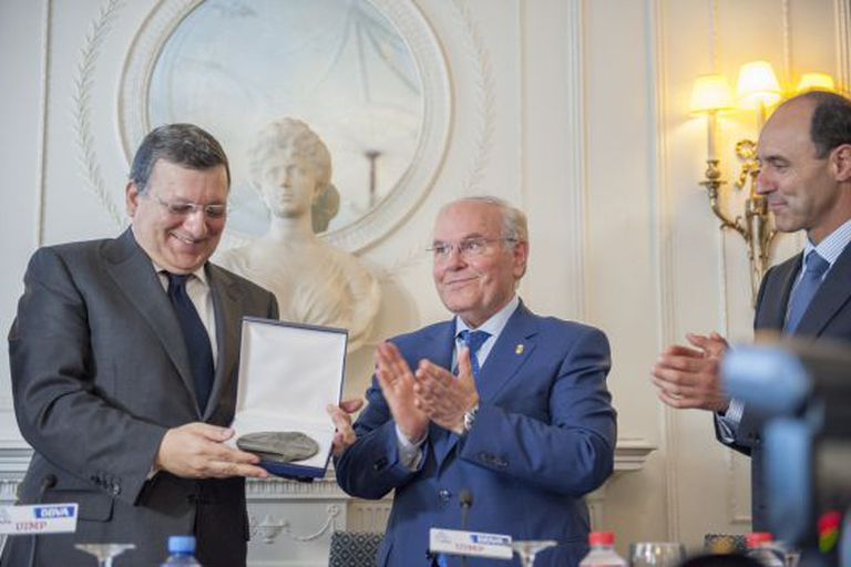 Durão Barroso accepts an honorary medal from the president of UIMP university, César Nombela.