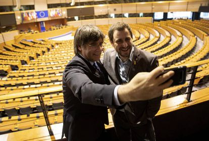 Carles Puigdemont (l) and Toni Comín take a selfie in the European Parliament.