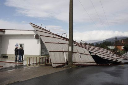 Strong winds blew the roofs off several warehouses near Porriño (Pontevedra).
