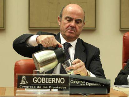 Luis de Guindos, hoy durante la Comisión de Economía en el Congreso