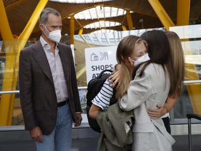 Princess Leonor hugs her mother, Queen Letizia, and her sister, Princess Sofía, while her father, King Felipe VI, looks on in Madrid-Barajas airport.