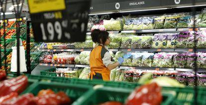 A worker in a Mercadona supermarket in Puerto de Sagunto (Valencia).