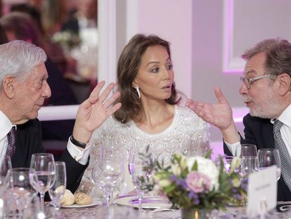 From left to right: Mario Vargas Llosa, Isabel Preysler and EL PAÍS chairman Juan Luis Cebrián.