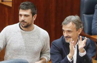 Ramón Espinar (l) inside the Madrid Assembly on Thursday.