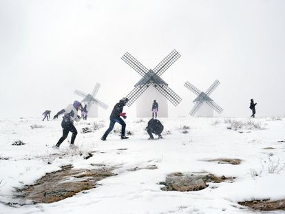 Youngsters play in the snow in Campo de Criptana (Ciudad Real).