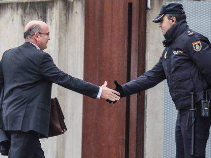 Civil Guard colonel Diego Pérez de los Cobos greets a police officer on arrival at the High Court in Madrid today.