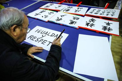 Members of the Chinese Senior Center in Usera make signs for the protest.