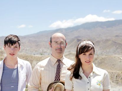 Francesc Colomer (left), Javier Cámara and Natalia Molina in a scene from Vivir es fácil con los ojos cerrados.