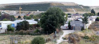 The end of Francisco Álvarez street, with the Valdemingómez landfill site in the background.