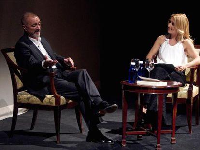 Arturo Pérez-Reverte talks with Cayetana Guillén Cuervo at the presentation of his latest novel.