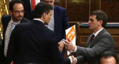 Pedro Sánchez (l) and Ciudadanos leader Albert Rivera have agreed a joint governing program.