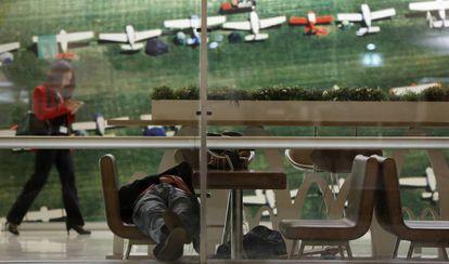 David, a homeless person posing as a traveler, at Madrid airport.