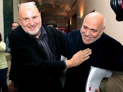 Antón Reixa (l) with the musician Luis Cobo.
