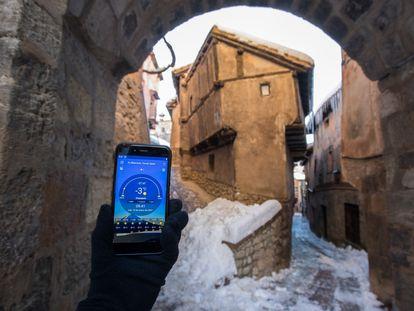 A cellphone shows temperatures of -3ºC in Albarracín, Teruel on Wednesday.