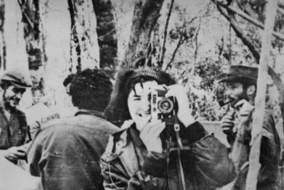 Tania snaps a photo while Che Guevara (left) smiles in the background during a stop in the jungle of Ñancahuazú, Bolivia in 1967.