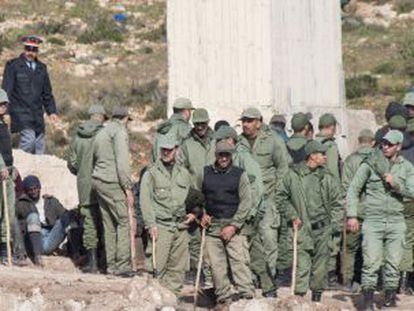Moroccan police and auxiliary forces hold back a group of sub-Saharans near Melilla.