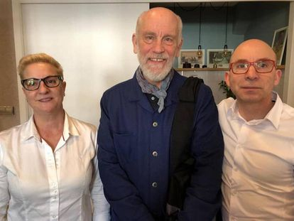 John Malkovich with the staff at Casa Salvador, a restaurant in A Baña (A Coruña) that he has visited on more than one occasion.