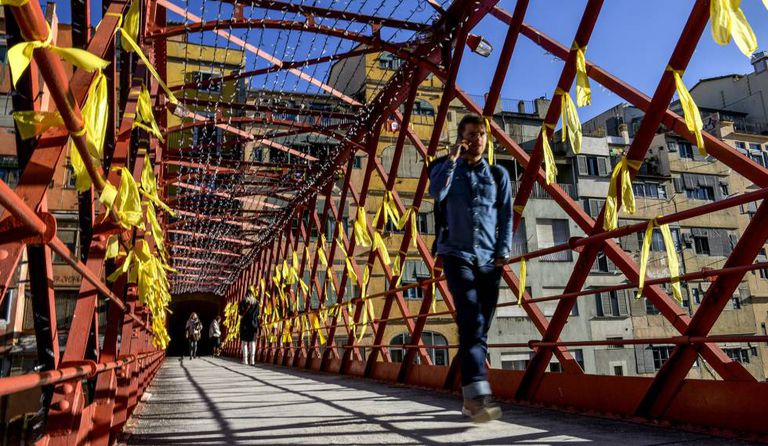 Yellow ribbons on a bridge in Girona to call for the release of the jailed Catalan ministers.